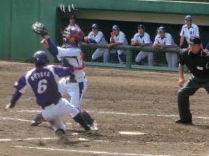 米田のライト前で本塁生還の野坂、6点目。