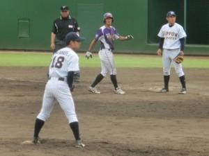 5回先頭打者小林はセフティバントで出塁し先制点を狙う。