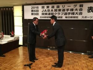 表彰を受ける鈴木監督