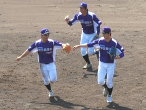 3人で抑えた山田投手を迎えるナイン